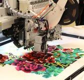 Tekstylna manufaktura Maszyna haftuje kwiecistego wzór zdjęcia stock