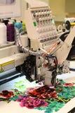 Tekstylna manufaktura Maszyna haftuje kwiecistego wz?r fotografia royalty free