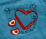 Tekstylni serca Romantyczny miłość temat na cajgu tle stonowany Fotografia Royalty Free
