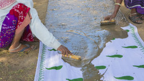 Tekstylny barwiarstwo z naturalnych kolorów Tradycyjnym procesem w India, Fotografia Royalty Free