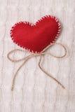 Tekstylny czerwony serce na trykotowej teksturze Obraz Stock
