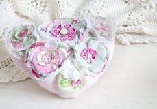 Tekstylny handmade biały serce z romantycznym kwiatem biały tło, wieśniaka styl Romansowy pojęcie Zdjęcia Royalty Free