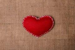 Tekstylny serce na tkaniny teksturze burlap Fotografia Stock