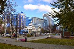 Tekutyevsky boulevard. Sikt av en modern kontorsbyggnad. Tyumen arkivbild