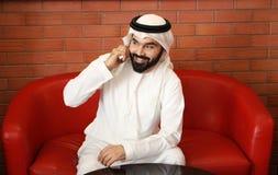 Teléfono árabe de Smiling Speaking In del hombre de negocios fotos de archivo libres de regalías
