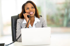 Teléfono africano de la empresaria Foto de archivo libre de regalías