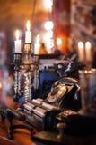 Teléfono antiguo en luz oscuro Foto de archivo libre de regalías