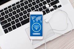 Teléfono blanco con el uso para buscar gratis la pantalla de Wi-Fi Fotos de archivo libres de regalías