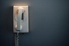 Teléfono blanco montado en una pared imagenes de archivo