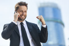 Teléfono celular acertado joven del hombre de negocios que habla imágenes de archivo libres de regalías
