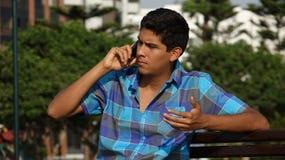 Teléfono celular adolescente y confuso Imagen de archivo libre de regalías