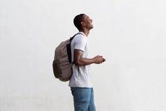 Teléfono celular afroamericano de tenencia del hombre que viaja Fotografía de archivo