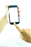 Teléfono celular con la pantalla táctil en mano femenina en el fondo blanco imagenes de archivo