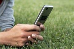 Teléfono celular de explotación agrícola de la mano Imagen de archivo libre de regalías