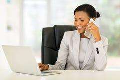 Teléfono celular de la empresaria que habla imagen de archivo libre de regalías