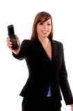 Teléfono celular de ofrecimiento de la mujer de negocios Fotografía de archivo libre de regalías