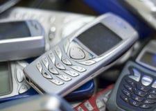 Teléfono celular de plata en la pila de otras. Imágenes de archivo libres de regalías
