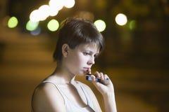 Teléfono celular de tenencia del adolescente en la calle Imagen de archivo