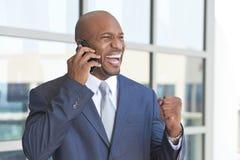 Teléfono celular del hombre de negocios del afroamericano que habla Imagen de archivo
