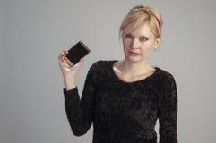 Teléfono celular del usin de la mujer Fotos de archivo libres de regalías