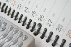 Teléfono celular en el diario de las hojas de operación (planning) imagenes de archivo