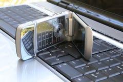 Teléfono celular en el teclado Foto de archivo