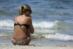 Teléfono celular en la playa Fotografía de archivo