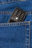 Teléfono celular en pantalones vaqueros Fotos de archivo