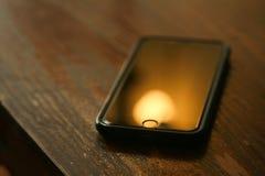 Teléfono celular en un escritorio Imagenes de archivo