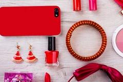 Teléfono celular, maquillaje, accesorios Imagen de archivo