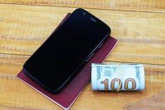 Teléfono celular, pasaporte y dinero para las vacaciones Fotos de archivo libres de regalías
