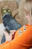 Teléfono celular sostenido por el adolescente. Fotografía de archivo libre de regalías