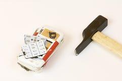 Teléfono celular y martillo quebrados Foto de archivo libre de regalías