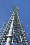 Teléfono celular y torre de radio estratosféricos fotografía de archivo