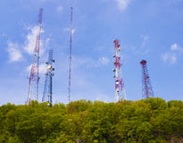 Teléfono celular y torres de comunicación Imagen de archivo libre de regalías