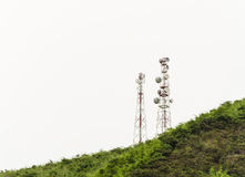 Teléfono celular y torres de comunicación Foto de archivo