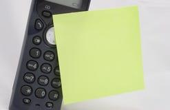 Teléfono con la nota pegajosa Fotos de archivo libres de regalías