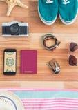 Teléfono con los iconos del viaje en la pantalla Foto de archivo libre de regalías