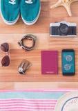 Teléfono con los iconos del viaje en la pantalla Fotos de archivo libres de regalías