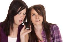 Teléfono dado una sacudida eléctrica muchacha Foto de archivo