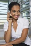 Teléfono de Communicating On Mobile de la empresaria fotos de archivo libres de regalías