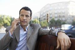 Teléfono de Communicating On Mobile del hombre de negocios al aire libre fotografía de archivo