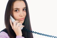 Teléfono de contestación y sonrisa de la mujer atractiva fotos de archivo