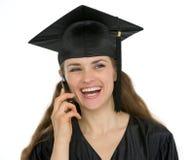 Teléfono de discurso de la graduación de la mujer feliz del estudiante Fotos de archivo