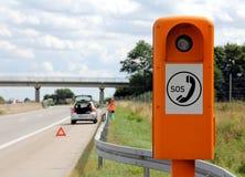 Teléfono de emergencia en el borde de la carretera Imagenes de archivo