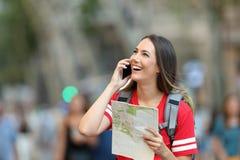 Teléfono de invitación turístico adolescente en la calle Fotografía de archivo libre de regalías