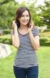 Teléfono de la charla de la muchacha Foto de archivo