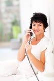 Teléfono de la línea horizonte de la mujer Fotos de archivo
