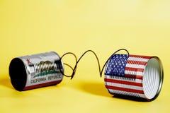 Teléfono de la lata con los E.E.U.U. y California U S Banderas del estado Concepto de la comunicación fotos de archivo libres de regalías