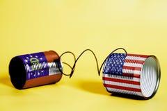 Teléfono de la lata con los E.E.U.U. y Georgia U S Banderas del estado Concepto de la comunicación imágenes de archivo libres de regalías